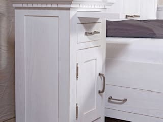 Weißes Bett und Nachttisch:  Schlafzimmer von Massiv aus Holz