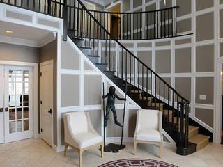 Mel McDaniel Design ทางเดินสไตล์คลาสสิกห้องโถงและบันได