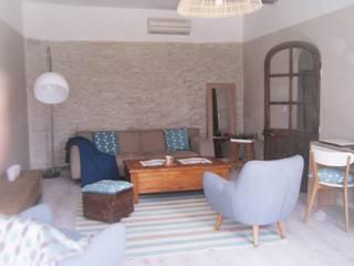 Rénovation d'un mas traditionnel en Provence - Salon:  de style  par Votre Décoratrice