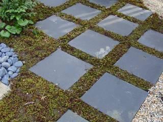 和風庭園: 有限会社オフィス・ブリーズユゥが手掛けた庭です。