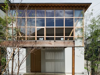 Eclectic windows & doors by 山路哲生建築設計事務所 Eclectic