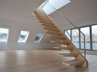 Freistehende Kragarmtreppe im Frankfurter Westend:  Wohnzimmer von Treppenbau Diehl