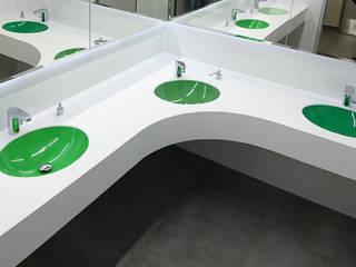 Umywalki wielostanowiskowe w przestrzeni publicznej Nowoczesna łazienka od Luxum Nowoczesny