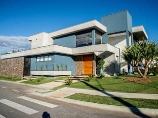 โดย Camila Castilho - Arquitetura e Interiores โมเดิร์น