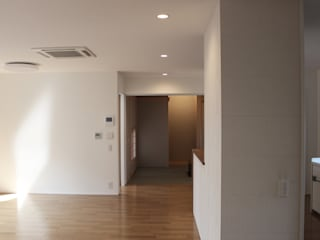 Quartos modernos por 真島瞬一級建築士事務所 Moderno
