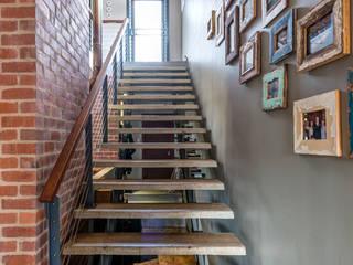 走廊 & 玄關 by OLIVEHILL Architects