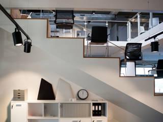 Showroom de mobilier de bureaux Espaces commerciaux modernes par helium3 positive architecture Moderne