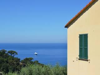 Vista sul mare dall'esterno: Giardino in stile  di AreaNova officina di architettura