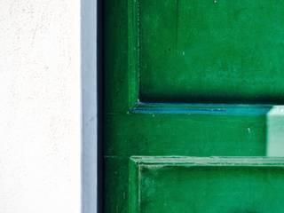 Porta di ingresso - dettaglio: Ingresso & Corridoio in stile  di AreaNova officina di architettura