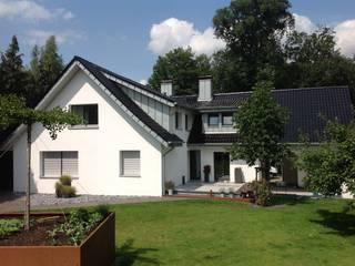 Dacheindeckung mit Tonziegeln und Gaubenverkleidungen mit Stehfalz Moderne Häuser von Heinrich Henke GmbH Modern