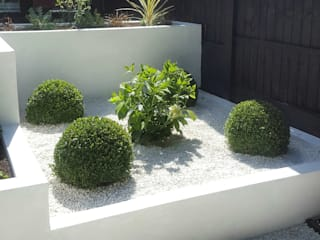Contemporary Terraced 'Black & White' Garden Giardino moderno di Gardenplan Design Moderno
