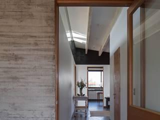 Corridor & hallway by SUN Arquitectos,