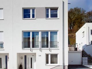 Dom we Frankfurcie: styl minimalistyczne, w kategorii Domy zaprojektowany przez JN STUDIO JOANNA NAWROCKA
