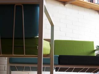 Sofá de dos puestos (modelo Cuatro):  de estilo  por CASA-BE