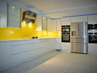 Ultra Gloss White with a splash of summer Moderne keukens van Glenlith Interiors (Scotland) Ltd Modern