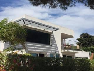 Brise soleil sur angle en verre: Maisons de style  par Mana Frédéric