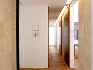 Modern corridor, hallway & stairs by 門一級建築士事務所 Modern