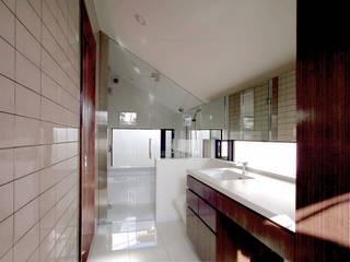 洗面・浴室・W.C.・ユーティリティ: Kazuro Otsubo Architects 大坪和朗建築設計事務所が手掛けた浴室です。