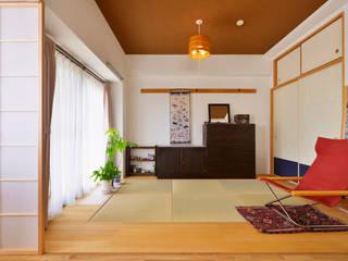 お気に入りのダイニングテーブルが映える、和モダンのリビング: 株式会社スタイル工房が手掛けたです。