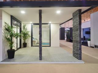 Casa modular Balcones y terrazas de estilo moderno de ClickHouse Moderno