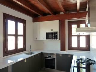 Cocina con estructura y ventanas de madera : Ventanas de estilo  de Conely