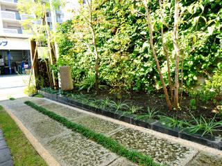 玄関前 アプローチ: 作庭処 植徳が手掛けた庭です。