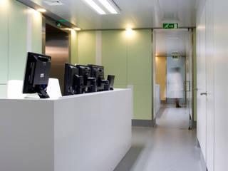 Hospitales de estilo moderno de fernando piçarra fotografia Moderno