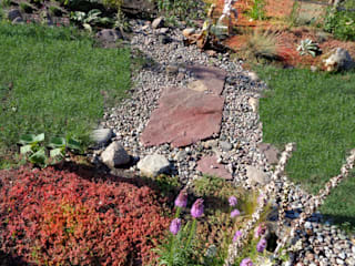 Kies und Roter Mauerpfeffer als verbindende Elemente: rustikaler Garten von Gartenarchitekturbüro Timm