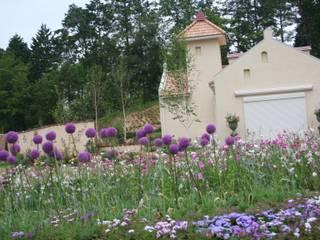 洋風庭園: 有限会社オフィス・ブリーズユゥが手掛けた庭です。