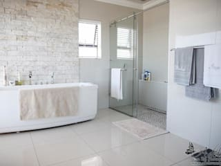 House Shenck Rerh:  Bathroom by Rudman Visagie