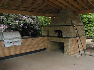 Outdoor kitchen in oak por wood-fired oven