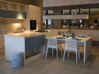 Cadeiras Gruvyer branca e Seat Garden Zama azul: Cozinha  por Rivatti Móveis