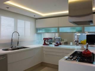 Apartamento em Porto Alegre Cozinhas modernas por Liane Mazeron Rump Arquitetura Moderno
