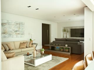 Sala de estar e home theater integrados:   por Liliana Zenaro Interiores