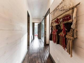 Pasillos, vestíbulos y escaleras de estilo rústico de ESTUDIO BASE ARQUITECTOS Rústico