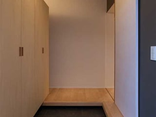 Modern Corridor, Hallway and Staircase by 有限会社ミサオケンチクラボ Modern
