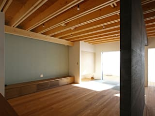 Modern living room by アトリエハコ建築設計事務所/atelier HAKO architects Modern