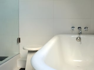 ESTUDIO BASE ARQUITECTOS Minimalist style bathroom White