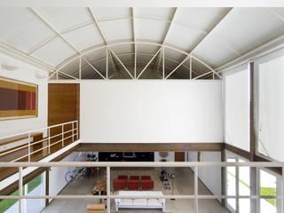 Pasillos y hall de entrada de estilo  por Lanza Arquitetos