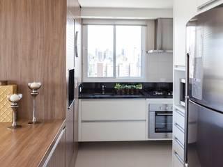 AP. ITAJAÍ - 2012 - COZINHA: Cozinhas  por AND Arquitetura