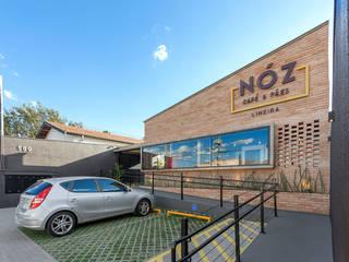 Nóz Café e Pães  : Terraços  por Vertentes Arquitetura,Rústico