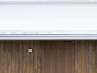 五十嵐の家03/高低差のある家 モダンスタイルの 玄関&廊下&階段 の 加藤淳一級建築士事務所 モダン