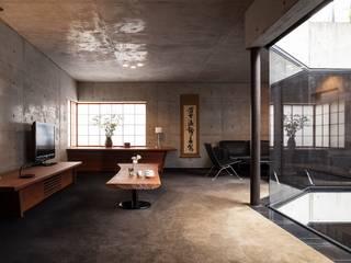 Salas de estar ecléticas por 松井建築研究所 Eclético