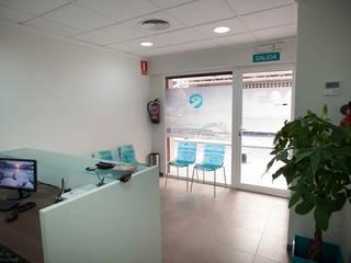 CRC Poré Centro de Reconocimiento de Conductores: Oficinas y Tiendas de estilo  de El Mussol Rosa