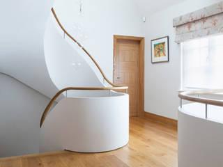 Contemporary Helical Staircase, London Bisca Staircases Pasillos, vestíbulos y escaleras de estilo moderno