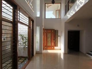 Gowrishankar Residence:  Corridor & hallway by Design Quest Architects,