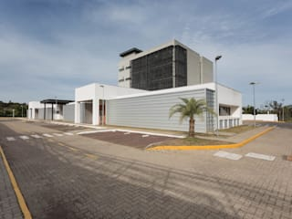 Industrial style schools by Tartan Arquitetura e Urbanismo Industrial