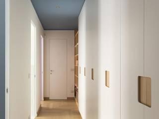 Luigi Brenna Architetto Modern corridor, hallway & stairs