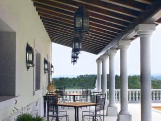 Artesonado de madera con columnas :  de estilo  de Conely