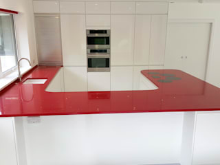 PWS Remo Handleless White Gloss Kitchen with Silestone Eros Stellar Worktop Minimalist kitchen by Meridien Interiors Ltd Minimalist